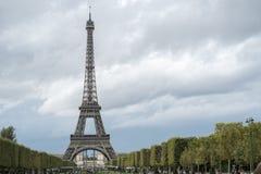 PARIS FRANKRIKE - OKTOBER 20: Eiffeltorn som ses från mästaren de Royaltyfria Foton