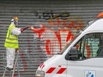 PARIS FRANKRIKE - OKTOBER 2012: Grafittirengöringsmedel i Paris, Frankrike Royaltyfria Bilder