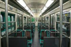 PARIS FRANKRIKE - OKTOBER 19, 2014: Inom av en tom EMU MF 67 för bil för Paris tunnelbanapassagerare Arkivfoton
