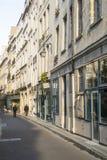 Paris FRANKRIKE - OKTOBER 18: Lång gata i Paris med gångaren Arkivfoton