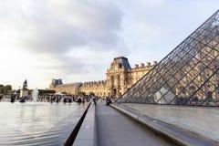 PARIS FRANKRIKE - OKTOBER 12, 2014: Louvre är en av världens l Royaltyfria Bilder