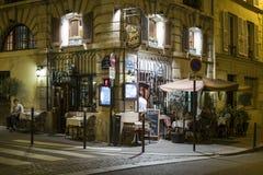 Paris FRANKRIKE - OKTOBER 19: Natt som skjutas av Sal för restaurangAuport Arkivfoto