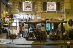 Paris FRANKRIKE - OKTOBER 19: Natt som skjutas av Sal för restaurangAuport Royaltyfri Bild