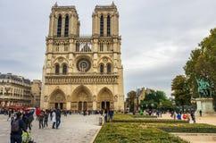 PARIS FRANKRIKE - OKTOBER 13, 2016: Notre Dame de Paris Cathedral, främre sikt av en av de populäraste monumenten i Europa royaltyfria bilder