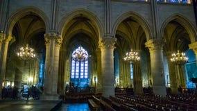 PARIS FRANKRIKE - OKTOBER 17, 2016: Notre Dame de Paris Cathedral, inre sikt av kolonner och målat glass av domkyrkan royaltyfria foton