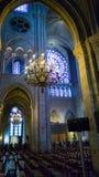 PARIS FRANKRIKE - OKTOBER 17, 2016: Notre Dame de Paris Cathedral, inre sikt av kolonner och målat glass av domkyrkan arkivbilder
