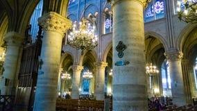 PARIS FRANKRIKE - OKTOBER 17, 2016: Notre Dame de Paris Cathedral, inre sikt av kolonner och målat glass av domkyrkan arkivfoton
