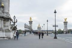 PARIS FRANKRIKE - OKTOBER 20: Pont des Invalides med Hopital des Arkivfoton