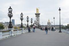 PARIS FRANKRIKE - OKTOBER 20: Pont des Invalides med Hopital des Royaltyfri Fotografi