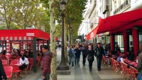 PARIS FRANKRIKE - OKTOBER 7, 2017 POV promenerar den fullsatta berömda Champs-Elysees gatatrottoaren Royaltyfri Foto