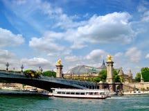 Paris Frankrike, passagerareskepp passerar under den Alexander III bron Arkivbilder