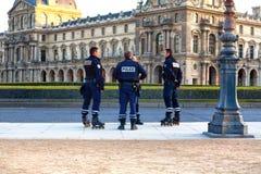 Paris Frankrike - 12 11 2016: poliser på passande skridskorullar Arkivbilder