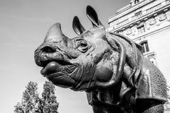 PARIS FRANKRIKE - 02 SEPTEMBER, 2015: Svart-vit foto av noshörningstatyn framme av ` Orsay för museum D i Paris, Frankrike Royaltyfri Foto