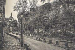 Paris/Frankrike Sikt av den ber?mda gatan, Rue de l ?Abreuvoir som, ?r bekanta f?r dess charmiga och historiska arkitektur, i Mon royaltyfria bilder