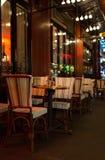 Paris Frankrike, 10 12 2016 - tabeller och stolar av franska RIM Cafe Arkivfoton