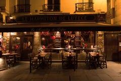 Paris Frankrike, 10 12 2016 - tabeller, stolar och främre ingång av Royaltyfri Fotografi