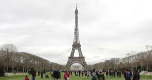 Paris Frankrike - turnera Eiffeltorndagen Timelapse lager videofilmer