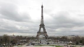 Paris Frankrike - turnera Eiffeltorndagen Timelapse i dåligt väder med moln arkivfilmer