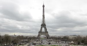 Paris Frankrike - turnera Eiffeltorndagen Timelapse i dåligt väder med moln stock video