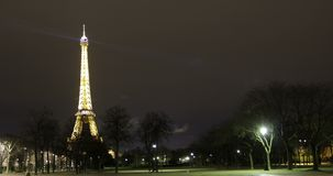 Paris Frankrike - turnera Eiffeltornnatten Timelapse stock video