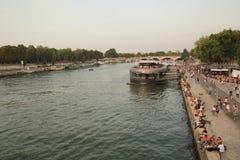 Paris franska - Augusti 26,2017: Härlig nattplats på Seinet River arkivbilder