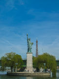 Paris - Freiheitsstatue und Eiffelturm (Farbe) Lizenzfreie Stockbilder
