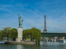 Paris - Freiheitsstatue und Eiffelturm (Farbe) Stockfoto
