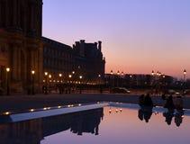 paris Fyrkant framme av Louvre på natten arkivbilder