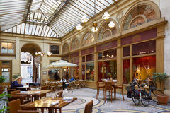 Paris Galerie Vivienne passage med restaurangen royaltyfri foto