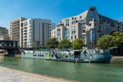 Paris, gammal pråm och moderna byggnader Royaltyfri Foto