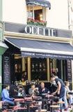 Paris gatakafé Arkivbild