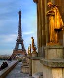 Paris guld- statyer på Trocadero Royaltyfri Bild