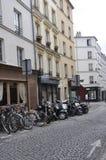 Paris, herrliches 19,2013-Street in Montmartre mit Parken für Motoren und Fahrrad in Paris lizenzfreie stockfotografie