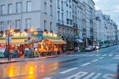 Paris i regnet arkivbild