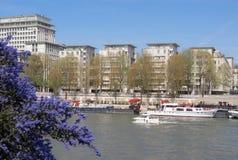 Paris i våren, fartyg på floden Seine Royaltyfria Bilder