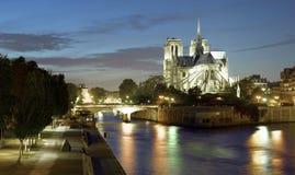 Paris: Ile de la citerar och den Notre Dame domkyrkan Arkivbilder