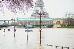 PARIS - JANUARI 25: Paris flod med extremt högt vatten på Januari 25, 2018 i Paris Arkivbild