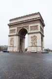 PARIS-JANUARY 10 :凯旋门在1月10,2013的冬天在巴黎 免版税图库摄影