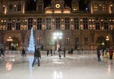 PARIS-JANUARY 9 :Paris'冰溜冰场和照亮旅馆de ville在1月9,2012的晚上在巴黎 库存照片