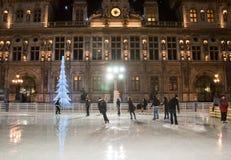 PARIS 9 JANVIER : La piste en plein air énorme et illuminé l'hôtel de ville la nuit en janvier 9,2012 à Paris Photographie stock libre de droits