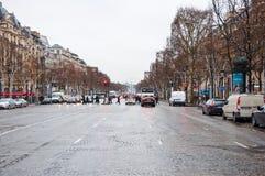 PARIS 10 JANVIER : Le lysée de ‰ de champions-à de DES d'avenue dans un mauvais temps en janvier 10,2013 à Paris Photos libres de droits