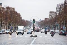 PARIS 10 JANVIER : Les lysées de ‰ de champions-à de DES d'avenue dans un mauvais temps vers le Place de la Concorde en janvier  Photo libre de droits