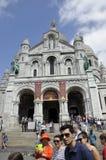 Paris Juli 17: BasilikaSacre Coeur fatade från Montmartre i Paris Arkivfoto