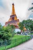 PARIS - JULI 2014: Eiffeltornbelysning Paris tilldrar 40 Fotografering för Bildbyråer