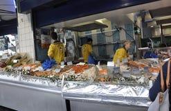 Paris Juli 17: Fisk och havs- lager i Montmartre i Paris Royaltyfria Bilder