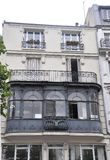 Paris Juli 19: Forntida balkong på en historisk byggnad i Paris från Frankrike Arkivfoto