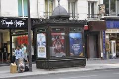 Paris Juli 17: Forntida presskiosk i Paris från Frankrike Royaltyfria Bilder