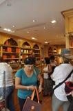 Paris Juli 17: Fullsatt konfektaffär i Montmartre i Paris Fotografering för Bildbyråer