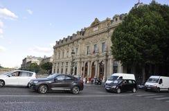 Paris Juli 18: Gatasikt med historisk byggnad i Paris från Frankrike Royaltyfri Fotografi