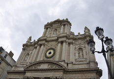 Paris Juli 19: Helgon Louis Church från det Marais området i Paris från Frankrike Arkivbilder